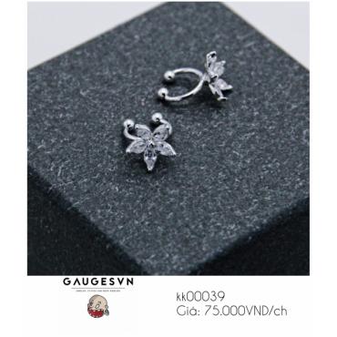 Pierced earrings with white flowers